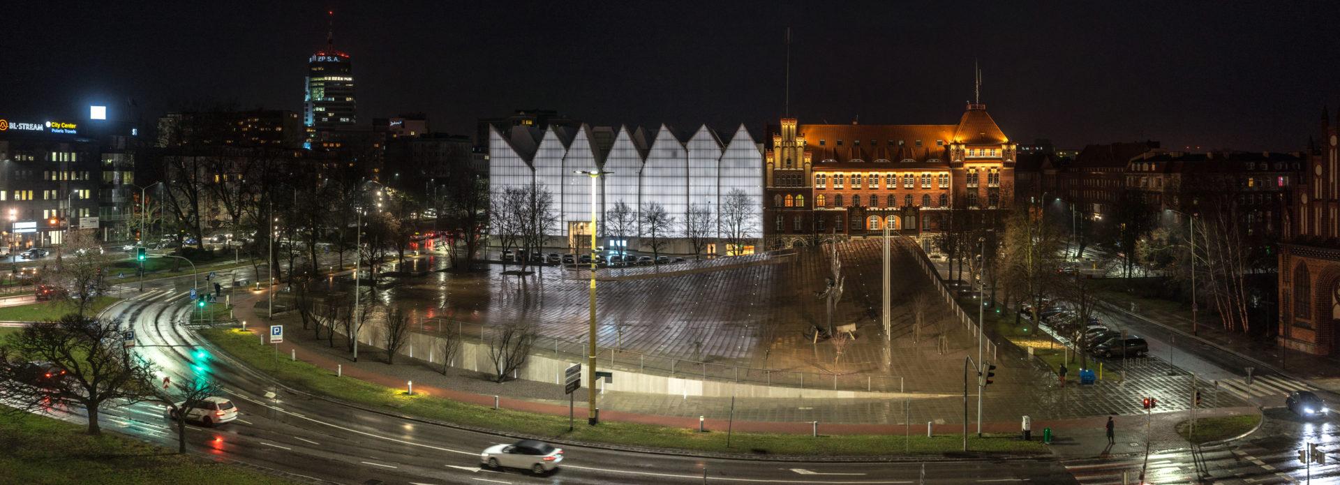 Centrum Dialogu podczas deszczu w nocy