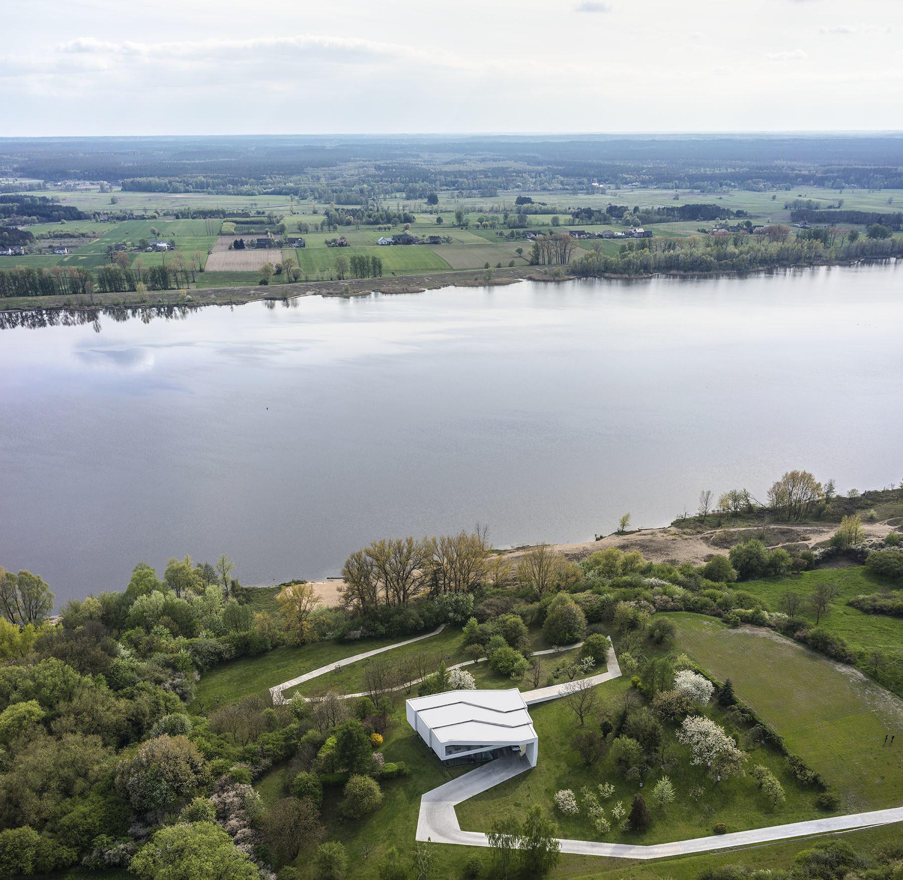 Dom-po-drodze-z-widokiem-na-rzeke