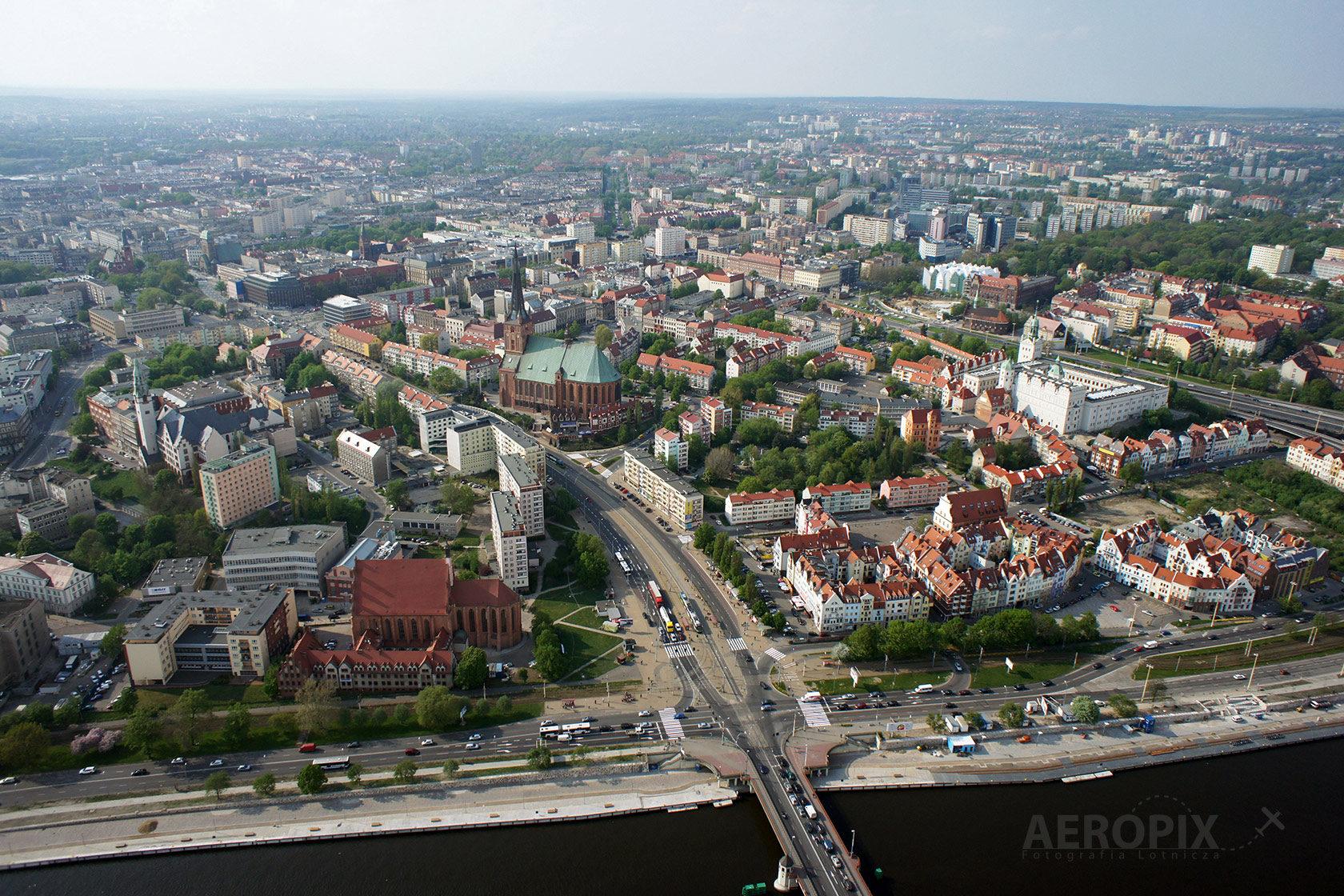 Szczecin widok na odrę, stare miasto i Katedrę z lotu ptaka.